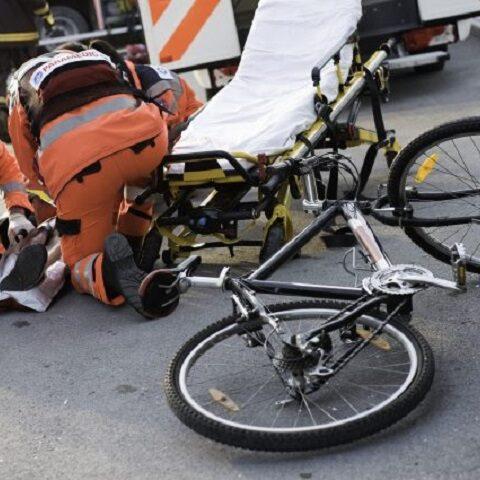 Cade dalla bici